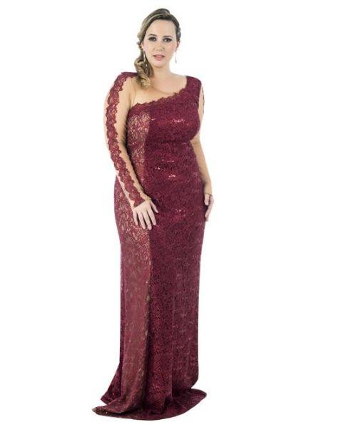 Os vestidos longos para madrinhas gordinhas devem ser escolhidos com cuidado, para valorizar a silhueta (Foto: dolps.com.br)