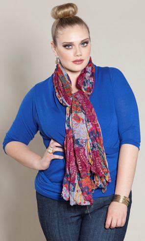 Você pode usar lenço na moda plus size em várias situações, e se deixar o lenço formando uma linha vertical em sua silhueta, será melhor ainda (Foto: Divulgação)