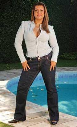 As calças jeans para gordinhas devem ser escolhidas com cuidado, porém opções não faltam (Foto: Divulgação)